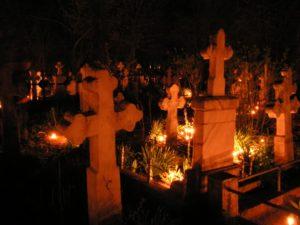 Un preot din Vrancea va aprinde lumânări la toate mormintele în locul enoriașilor