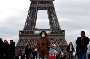 Franța renunță la obligația de a purta masca în spații deschise și la interdicția de circulație pe timpul nopții