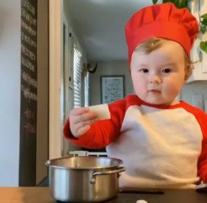 Kobe, bebeluşul bucătar care are 1.4 milioane de urmăritori pe internet