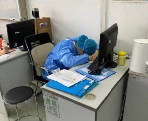 Medic de la Rădăuți: Suntem epuizați fizic și psihic, avem nevoie de colegii noștri. Am avut zile cu 45 de ambulanțe, 13 în același timp