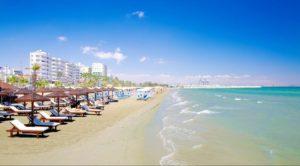 Plajele sunt sigure. Apa dizolvă particulele de salivă care pot transmite virusul, spun specialiștii