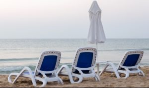 """Ministrul Economiei: """"La plajă se va sta doar pe șezlong, între șezlonguri trebuie păstrată o distanță de cel puțin 2 metri"""""""