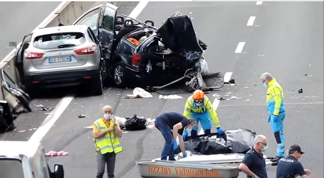 Video/ Italia: Accident grav pe autostradă. 4 români, dintre care 2 copii și-au pierdut viața, în timp ce alte 7 victime sunt în stare gravă