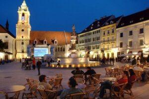 Slovacia anunță că testarea în masă a dat rezultate și începe să renunțe treptat la restricții