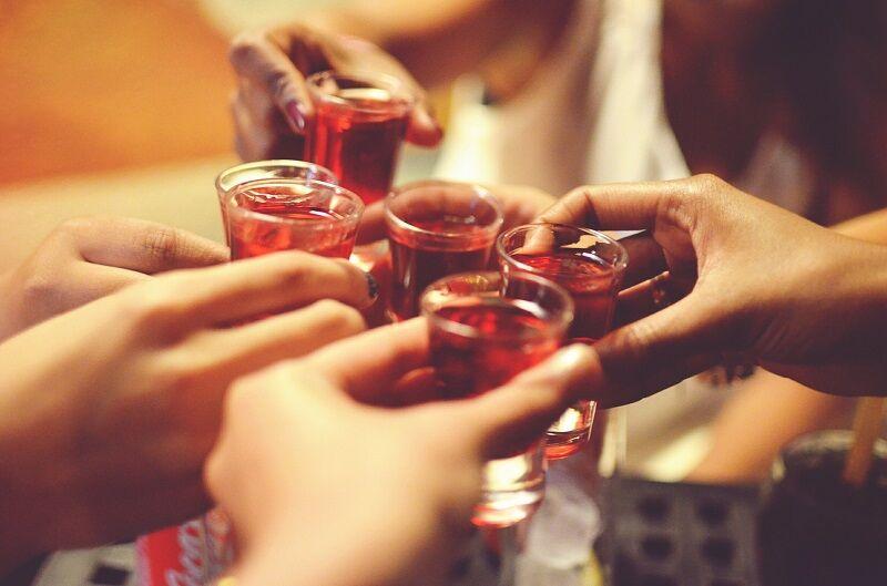 Persoanele care se vaccinează împotriva COVID-19 trebuie să evite consumul de alcool