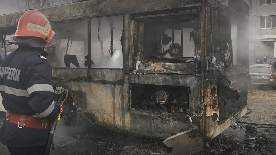 Galați: Un autobuz plin cu călători a luat foc în mers. Nu sunt victime