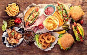 Studiu: mâncarea bogată în grăsimi și zaharuri prostește