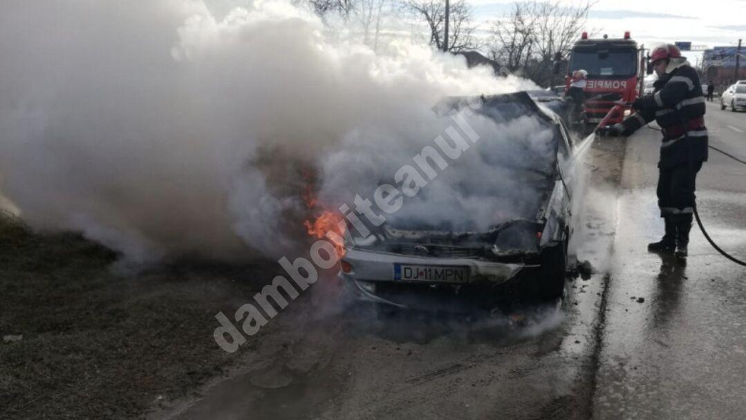 Mașină cuprinsă de flăcări, la Jugureni! O persoană a fost rănită!