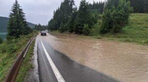 Trafic rutier blocat pe Valea Prahovei. Pe carosabil au ajuns aluviuni, pietre şi crengi