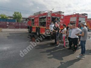 Read more about the article Tinerii din sistemul de protecție socială dâmbovițean au fost pompieri pentru o zi