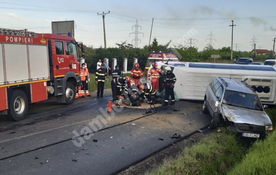 Tragedie la Aninoasa! Un microbuz cu elevi a fost lovit frontal! Șoferul a murit!