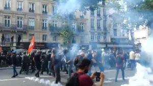 Read more about the article Proteste violente la Paris împotriva restricțiilor impuse celor care nu au pașaport Covid
