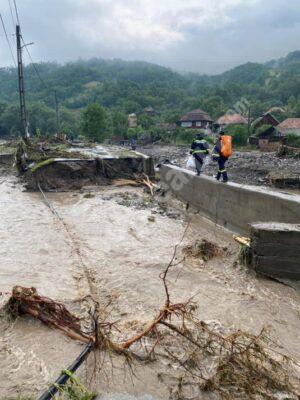 Read more about the article Zeci de oameni evacuaţi, drumuri distruse şi case inundate, astăzi, în România
